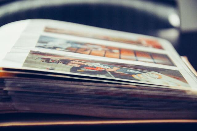 フエルアルバムに収納された大量の思い出のフィルム写真