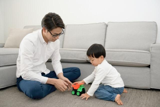 新築のマンションで親子で遊ぶ様子