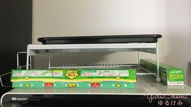 「26L 1段調理」の小さい方のヘルシオと緑色のサランラップの大きさを比較した画像