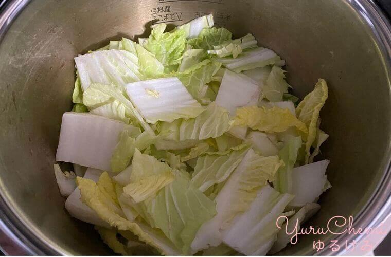 白菜1/3のざく切りを入れた内鍋の様子
