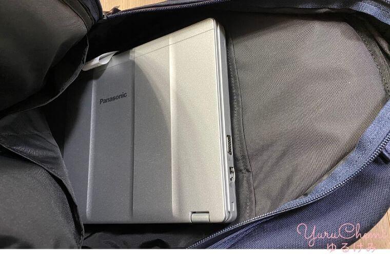 ニュートンバッグに12インチのパナソニックのレッツノートを入れている様子