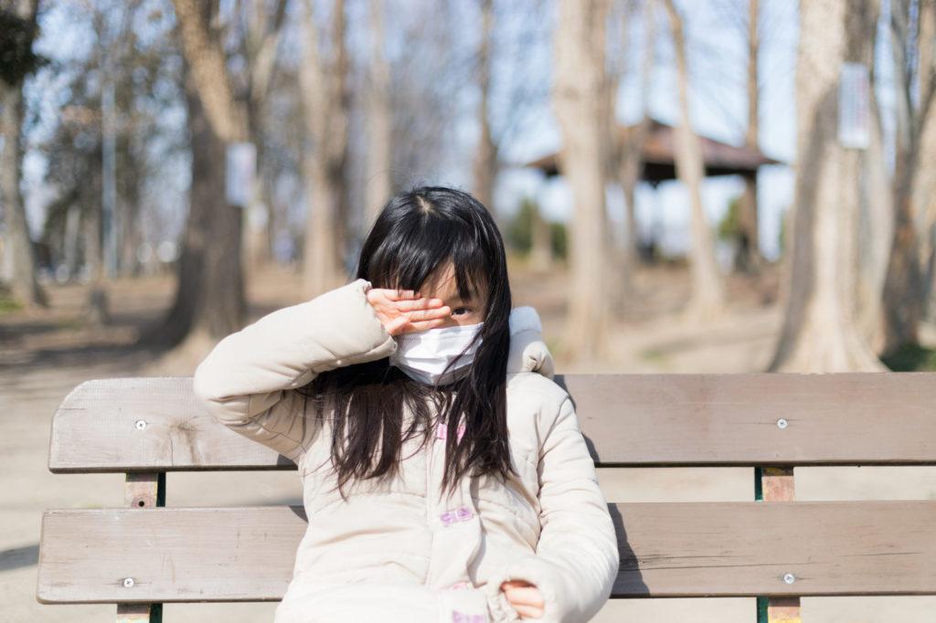 花粉対策でマスクをした女の子